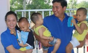 Trần Thị Ngọc Yến (bên trái) trong một dịp thăm, tặng quà cho trẻ em mồ côi Mái ấm Hồng Quang, tỉnh Bà Rịa - Vũng Tàu.