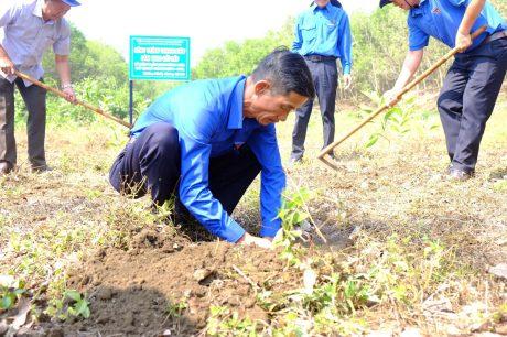 Đ/c Lê Xuân Năm - Phó TGĐ Cty, GĐ Nông trường Thống Nhất trồng cây tại Lễ ra quân Ngày thứ bảy tình nguyện