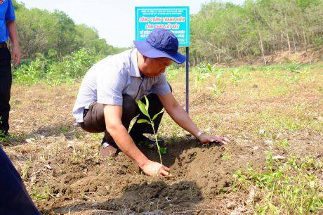 Đ/c Võ Văn Nhơn - Phó BT Đảng Ủy, Phó TGĐ Cty CPĐT XDCS Phú Thịnh trồng cây tại Lễ ra quân Ngày thứ bảy tình nguyện