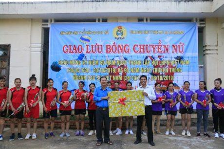 Công đoàn Công ty TNHH MTV CS Chumomray tặng quà lưu niệm cho CĐ CS Sa Thầy nhân dịp giao lưu bóng chuyền nữ