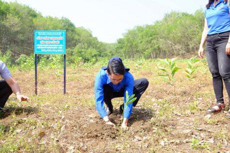 Đ/c Phạm Quốc Huy - UV.BTV Tỉnh Đoàn Bình Phước, Bí thư Đoàn TN Cty trồng cây tại Lễ ra quân Ngày thứ bảy tình nguyện