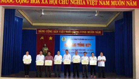 Ông Phan Mạnh Hùng - Chủ tịch Công đoàn CSVN tặng bằng khen cho các cá nhân, tập thể xuất sắc