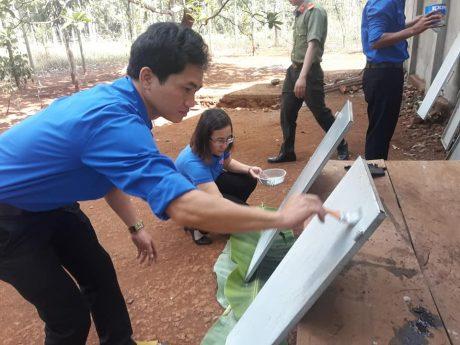 Đoàn viên Thanh niên công ty tham gia sơn sửa nhà
