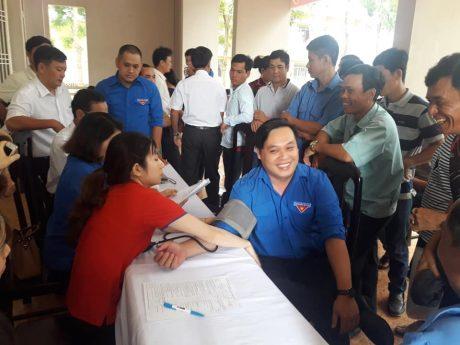 Đăng ký tham gia và kiểm tra sức khỏe trước khi hiến máu