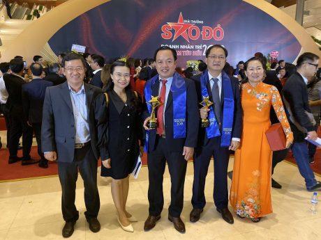 Anh Trần Quốc Thái (thứ 2 từ phải qua) chụp hình lưu niệm tại lễ vinh danh