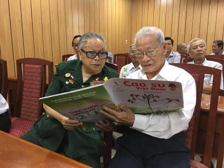 Ông Phan Đắc Bằng (bên phải) và ông Mai Văn Phúc có dịp được gặp mặt cán bộ hưu trí để ôn lại thời kỳ đã qua – Dù đã nghỉ hưu nhưng các ông luôn dõi theo thông tin và sự phát triển của ngành.