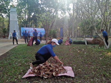 Đoàn viên thanh niên Cao su Đồng Phú ra quân dọn dẹp vệ sinh khuôn viên Tượng đài Phú Riềng Đỏ.