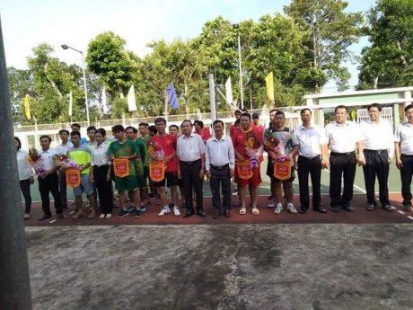 Tặng cờ lưu niệm cho các đội tham gia hội thao