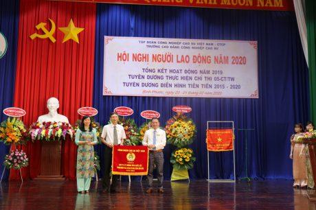 Bà Trương Thị Huế Minh - Phó Chủ tịch CĐ CSVN cờ thi đua đơn vị xuất sắc của Công đoàn Cao su VN cho Công đoàn Trường