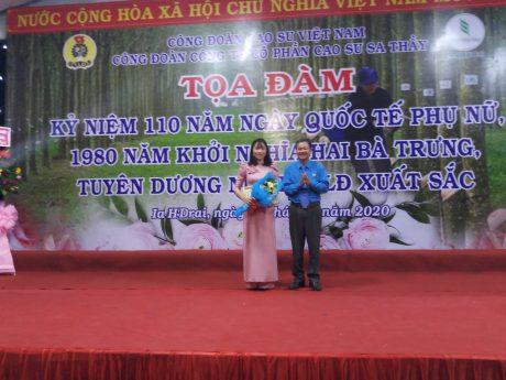 Ông Tạ Thúc Bình - Chủ tịch Công Đoàn Công ty trao Bằng khen của CĐCS VN cho chị Vũ Thị Loan - PBNC Công ty