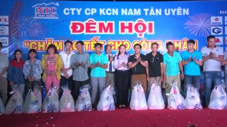 Lãnh đạo KCN Nam Tân Uyên và lãnh đạo thị xã Tân Uyên trao quà cho các công nhân xa quê