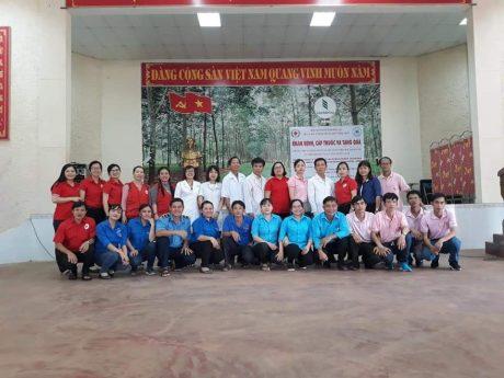 Đoàn công tác phụ trách, Hội chữ thập đỏ và các y bác sĩ, tình nguyện viên chụp hình lưu niệm.