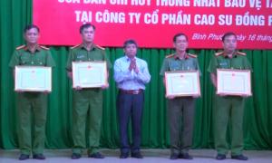 -Lãnh đạo Công ty CP Cao su Đồng Phú trao Bằng khen VRG cho các tập thể, cá nhân hoàn thành xuất sắc nhiệm vụ được giao
