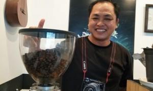 Vũ Phong – PV Tạp chí Cao su VN bên quán cà phê nhỏ của mình. Ảnh: Đào Phong