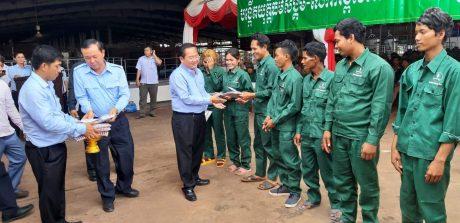 Ngài Sok Lou cùng lãnh đạo tỉnh trao quà cho công nhân