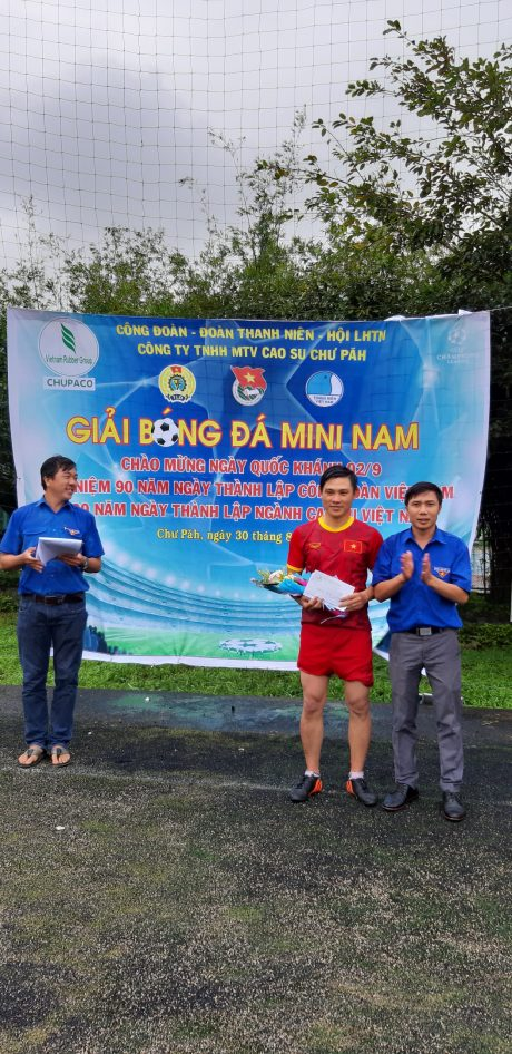 Bí thư ĐTN công ty Đậu Quang Hồng trao giải cho cầu thủ xuất sắc nhất giải