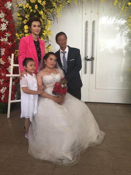Diễn viên điện ảnh Kim Tuyến chụp hình lưu niệm với các cặp đôi