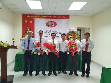 đ/c Trần Công Kha – Phó Bí thư Đảng ủy, Phó TGĐ VRG (ngoài cùng bên phải) tặng hoa chúc mừng Ban Chấp hành khóa mới