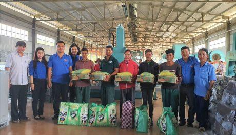 Đoàn tình nguyện tặng quà công nhân
