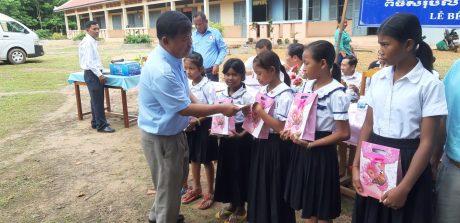 Ông Tăng Bin Hong - Giám đốc Sở Giáo dục Kampong Thom trao thưởng cho học sinh giỏi
