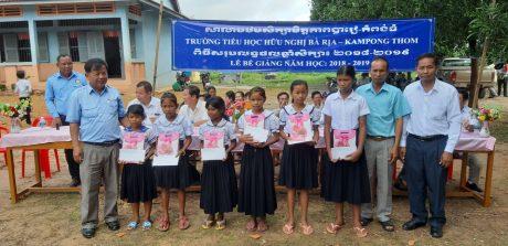 Lãnh đạo Sở Giáo dục trao thưởng cho học sinh