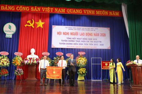 ông Lê Thanh Tú - Phó TGĐ VRG trao cờ thi đua xuất sắc năm 2019 của VRG cho Trường