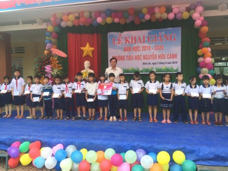 Ông Mai Thanh Phong – TGĐ Công ty CP Chế biến Gỗ Đồng Nai (khối trưởng) trao 25 suất học bổng tại Trường Tiểu học Nguyễn Hữu Cảnh