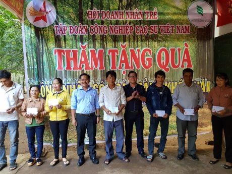 Anh Thái Bảo Tri - Phó Chủ tịch Hội Doanh nhân trẻ, Bí thư ĐTN VRG và anh Dương Tuấn Anh - Phó Chủ tịch Hội Doanh nhân trẻ VRG, Phó Ban XNK VRG trao quà cho công nhân
