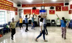 Đội văn nghệ Cao su Sơn La đang khẩn trương tập luyện.
