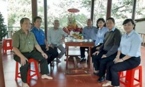 Ban lãnh đạo công ty thăm hỏi và tặng quà cho đồng chí Phan Văn Hân (thứ 3 từ trái qua) - nguyên Kế toán trưởng công ty.