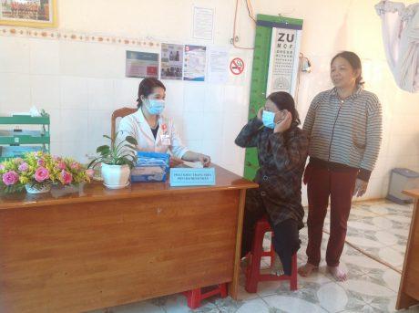 Phát khẩu trang y tế miễn phí và tư vấn cho người bệnh cũng như thân nhân tại Y tế Mang Yang