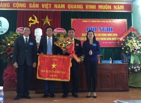Ông Lê Thanh Tú – Phó TGĐ VRG  trao cờ thi đua xuất sắc của VRG cho Cao su Hà Tĩnh