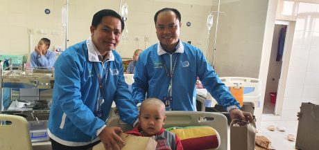 Anh Thái Bảo Tri - UV Đoàn Chủ tịch TW Hội LHTN VN, Chủ tịch Hội LHTN VN VRG (bên trái) trao quà cho bệnh nhi tại Bệnh viện K