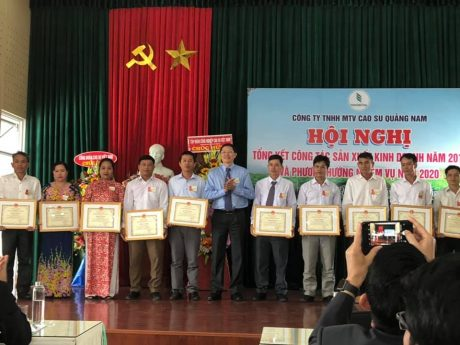 Ôn Hà Văn Khương - TV HĐQT VRG tặng bằng khen cho các cá nhân