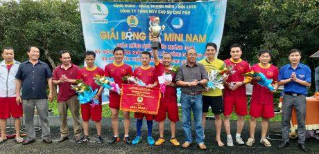 Chủ tịch CĐ công ty Siu Hoa và Bí thư ĐTN Đậu Quang Hồng trao cúp vô địch cho NT Hà Tây
