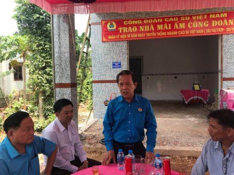 Ông Võ Việt Ngân - Phó Chủ tịch Công đoàn Cao su Việt Nam phát biểu tại lễ bàn giao nhà