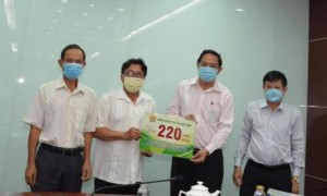Ông Phan Mạnh Hùng - Chủ tịch Công đoàn CSVN trao biểu trưng ủng hộ 220 triệu đồng cho ông Trương Minh Trung - Phó TGĐ, thường trực BCĐ phát triển cao su VRG tại Campuchia (Số tiền ủng hộ này sẽ được các đơn vị mua thiết bị y tế phòng chống dịch Covid 19)