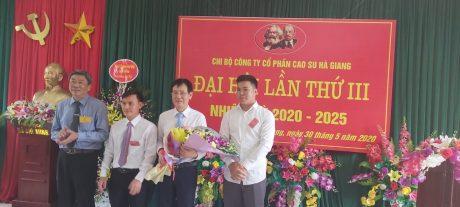 Ông Nguyễn Tiến Đức - Phó  Bí thư thường trực Đảng ủy, Phó TGĐ VRG tặng hoa chúc mừng cấp ủy công ty nhiệm kỳ 2020 - 2025