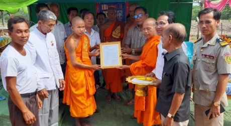 Đại diện lãnh đạo địa phương và công ty trao giấy chứng nhận cho sư chủ trì chùa tại vùng dự án.