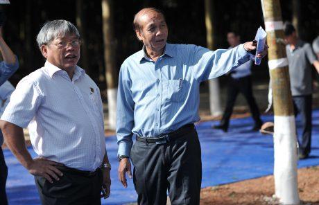 Anh Lê Văn Trường - Phó TGĐ Công ty TNHH PTCS Bà Rịa – Kampong Thom (bên phải) trao đổi công việc thi công hệ thống thoát nước trên vườn cây.
