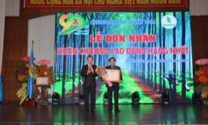 Ông Phan Mạnh Hùng – Chủ tịch CĐ Cao su VN tặng vỏ xe máy ★★★ VRG cho công nhân TCT Cao su Đồng Nai.
