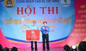 Lãnh đạo CĐ CSVN và CĐ Cao su Phú Riềng tặng quà cho CNLĐ. Ảnh: Vũ Phong