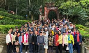 Đoàn CB.CNVC-LĐ TCT Cao su Đồng Nai chụp hình lưu niệm tại Đền Hùng tỉnh Phú Thọ.