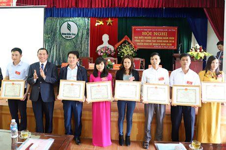 Ông Lê Thanh Tú – Phó TGĐ VRG trao bằng khen của VRG cho các cá nhân Cao su Hà Tĩnh
