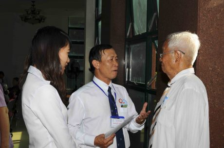 Anh Lê Văn Cường (ở giữa - đang trao đổi, thăm hỏi cán bộ hưu trí của TCT)