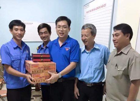 Anh Phan Huy Thành - Bí thư ĐTN Công ty TNHH MTV Cao su Bình Long tặng quà cho các tổ xung kích.