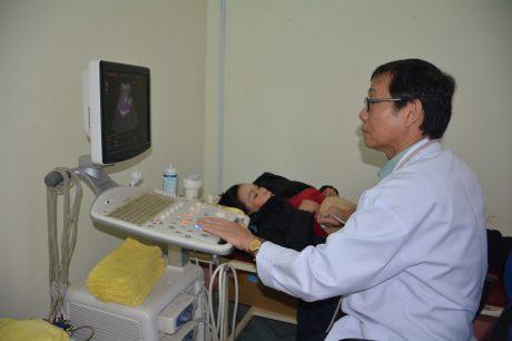 Bác sỹ Trung tâm Y tế khám bệnh cho NLĐ.