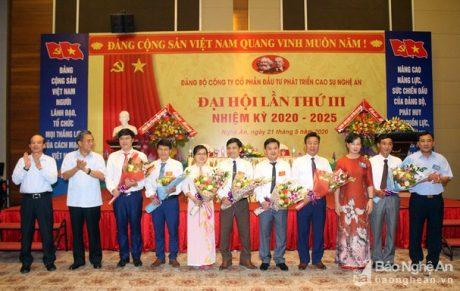 Ban Chấp hành Đảng bộ nhiệm kỳ 2020 - 2025 ra mắt Đại hội. Ảnh: Phú Hương