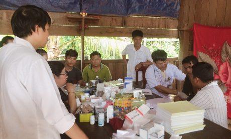 Các Bác sỹ Trung tâm y tế đang khám và tư vấn sức khỏe cho công nhân người Campuchia