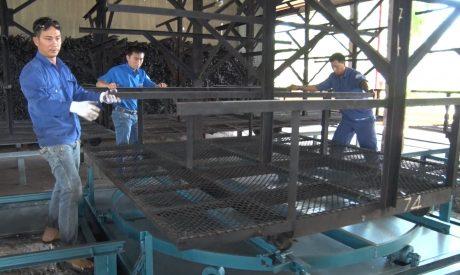 """Cải tiến """"cầu nâng mủ, kết hợp mâm xoay"""" áp dụng tại xí nghiệp."""